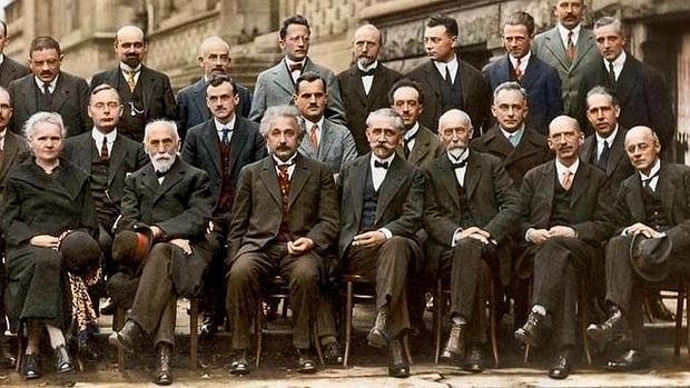 Congreso de Solvay. Heisenberg está en la fila de arriba, el tercero p0r la derecha