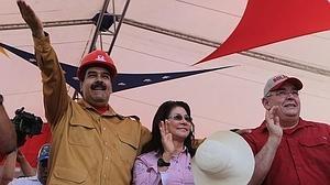 El presidente de Venezuela, Nicolás Maduro (i), el gobernador de Bolívar, Francisco Rangel Gomez (d), y la primera dama venezolana, Cilia Flores (c), en un acto de gobierno
