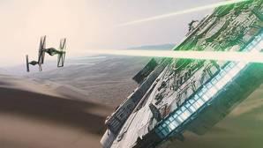 El Halcón Milenario, perseguido por cazas estelares en una escena de «Star Wars: Episodio VII. El despertar de la Fuerza»