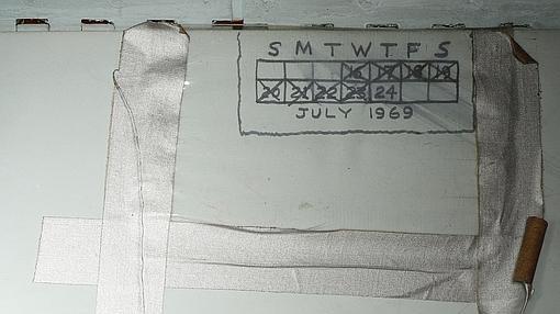 Marcas del paso de los días escritas en uno de los módulos de la nave