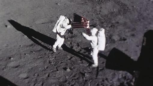 Neil Amstrong y Buzz Aldrin colocan la bandera de EE.UU. en la Luna