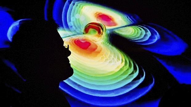 Un científico observa una representación de las ondas gravitacionales durante una rueda de prensa del Instituto de Max Planck de la Física Gravitacional en la universidad Leibniz de Hannover, Alemania. Las ondas gravitacionales, que Albert Einstein predijo hace un siglo en su Teoría de la Relatividad General, se detectaron por primera vez de manera directa el pasado 14 de septiembre, lo que permitirá un mejor conocimiento del Universo, anunció este jueves 11 de febrero el proyecto LIGO.