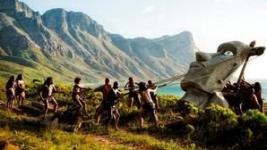 Recreación del levantamiento de los moais de la isla de Pascua en la serie «La Humanidad»