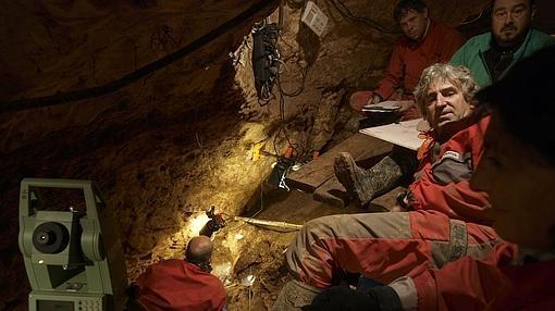 Excavaciones del equipo de Juan Luis Arsuaga (d) en la Sima de los Huesos
