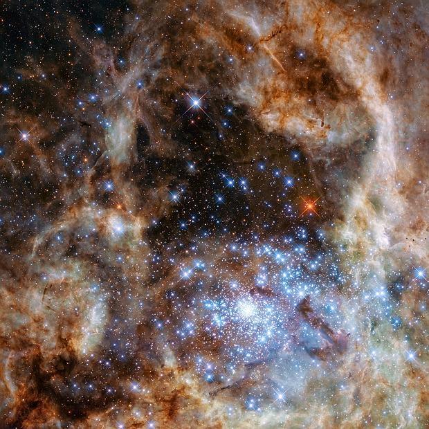 La región central de la nebulosa de la Tarántula en la Gran Nube de Magallanes. El cúmulo de estrellas R136 joven y denso se puede ver en la parte inferior derecha de la imagen