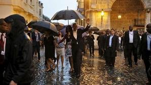 La familia Obama, durante su paseo bajo la lluvia