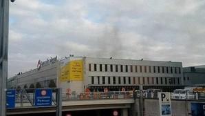Humo negro en el aeropuerto de Bruselas tras las dos explosiones