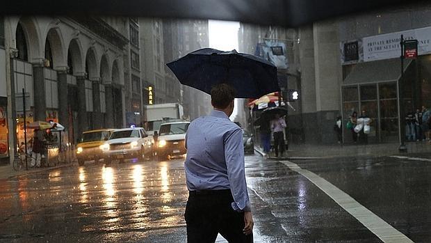 ¿Eres capaz de decir de qué color es el paraguas?