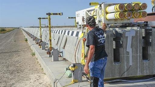 Un técnico prepara la plataforma propulsada por cohetes y capaz de levitar sobre un campo magnético