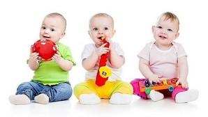 Bebés con diferentes instrumentos de juguete