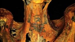 Una momia egipcia con tatuajes de flores y animales deja estupefactos a los arqueólogos