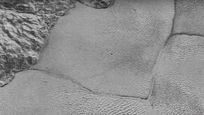 La NASA encuentra explicación para los extraños polígonos en el hielo de Plutón