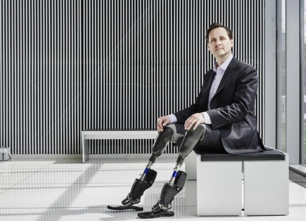Hugh Herr muestra las prótesis biónicas que él mismo diseñó en su laboratorio