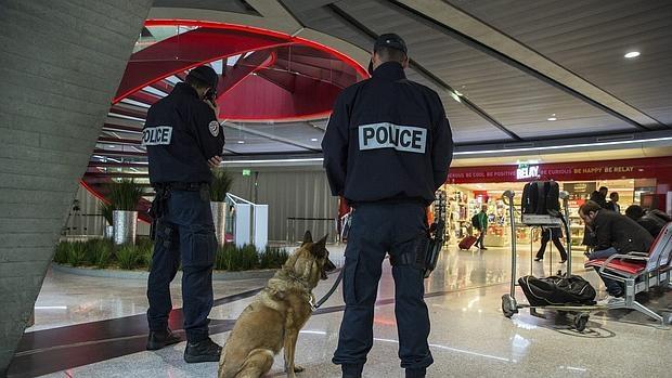 Agentes de la Policía del Aire y de las Fronteras (PAF) montan guardia en el aeropuerto de Charles de Gaulle de París