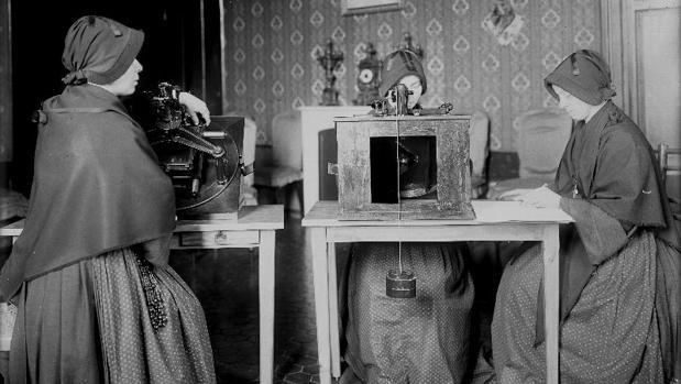 Monjas de Maria Bambina utilizan microscopios para revisar las placas de vidrio en su estudio de las estrellas