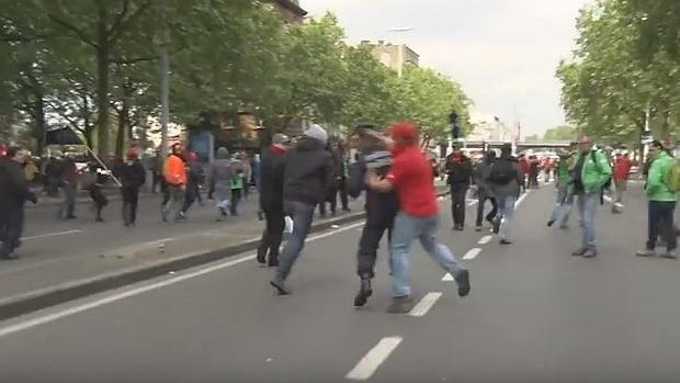 Brutal agresión a un policía durante una manifestación en Bruselas