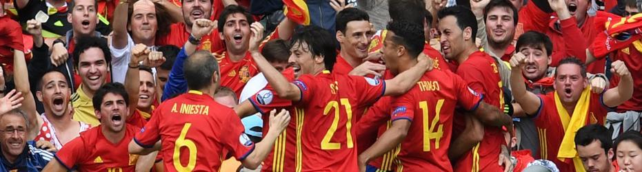Iniesta y Piqué dan el triunfo a España en su debut