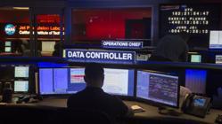Un científico vigila la transmisión de datos desde la sala de control de operaciones de la misión Juno de la NASA