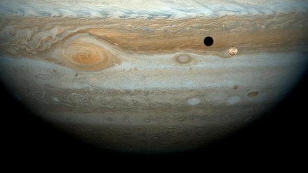 La luna Io pasa por delante de Júpiter