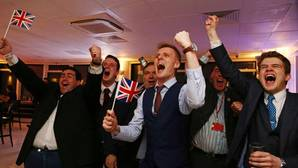 El Brexit tumba la libra y fuerza la dimisión de Cameron