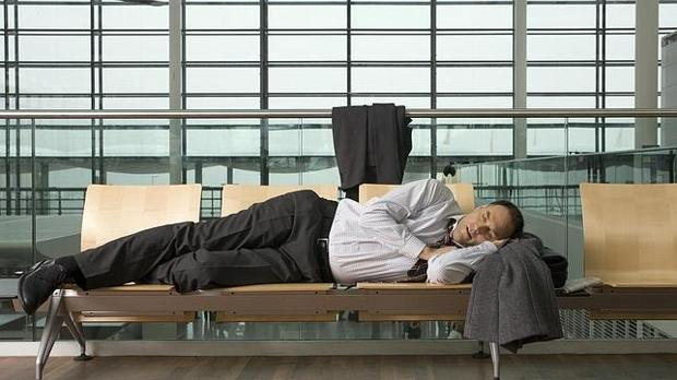 Un hombre duerme en un aeropuerto
