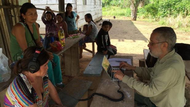 El experimento con la gente Tsimane. Los sonidos se presentaron a través de auriculares cerrados conectados a una computadora portátil