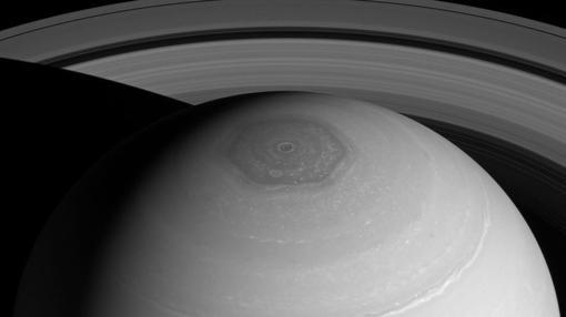 Imagen tomada por la nave Cassini en 2012 de la tormenta hexagonal