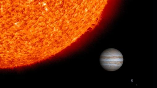 Comparativa de tamaños de la Luna (a la derecha, abajo), de la Tierra, de Júpiter y del Sol (a la izquierda)