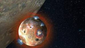 Ío es el cuerpo del Sistema Solar con más volcanes activos. Pueden formar plumas de hasta 400 kilómetros de altura, y liberar al espacio fragmentos y gases que son «engullidos» por Júpiter