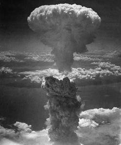 La bomba atómica hace explosión en Nagasaki