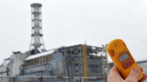 Contador Geiger a las afueras de la central nuclear de Chernóbil, en 2011