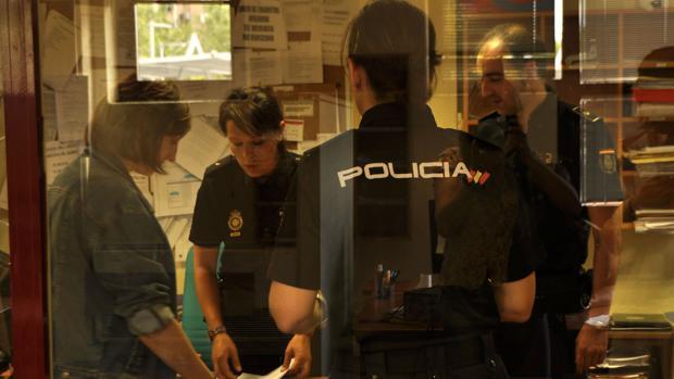 Una mujer es atendida en dependencias policiales