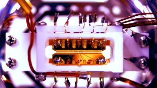 Imagen de la trampa para iones del primer ordenador cuántico programable
