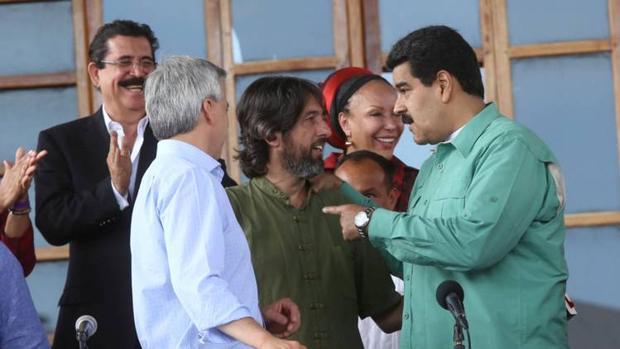 Alfredo Serrano (en el centro), junto a Nicolás Maduro
