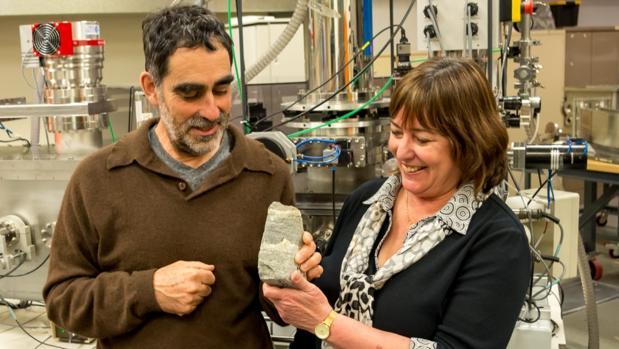 Los investigadores sostienen uno de los estromatolitos hallados en Isua, Groenlandia