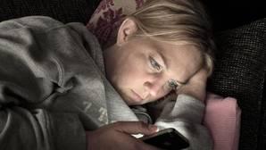 ¿Por qué mirar el móvil de noche nos quita el sueño?