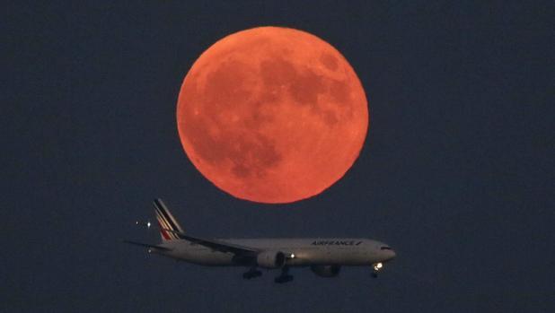La luna cerca del aeropuerto de Tokio, en septiembre de 2015