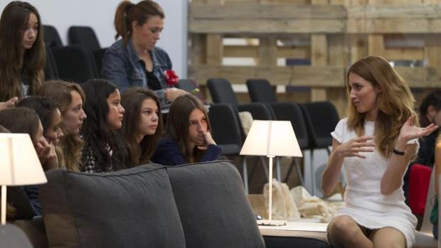 Las alumnas escuchan con atención a la científica América Valenzuela