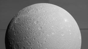 Dione, luna de Saturno, puede tener un océano subterráneo