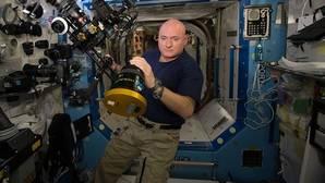 Los astronautas vuelven del espacio más altos, pero enclenques