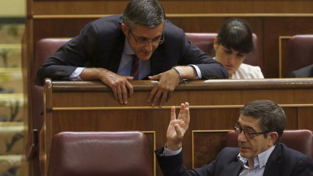 Patxi López, junto a Eduardo Madina en el Congreso