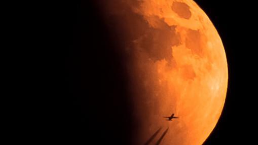 Los colores rojizos de la Luna se producen por el fenómeno de Rayleigh de la dispersión de la luz