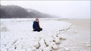 Amanece una playa llena de misteriosas esferas de hielo