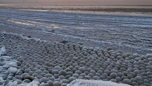 Bolas de hielo encontradas en la playa Stroomi, en Finlandia