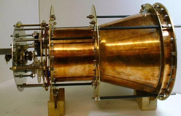 Este motor parece violar la tercera ley de Newton. Genera empuje por la amplificación de la presión de la radiación de una onda electromagnética