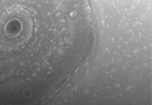 La NASA fotografía la extraña tormenta hexagonal de Saturno