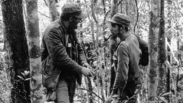 Fidel Castro y el Che Guevara hablan en Sierra Madre en 1957