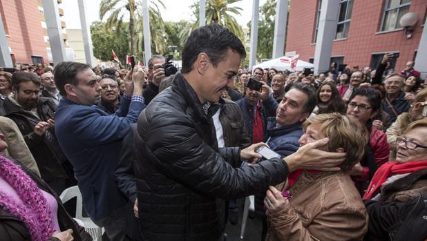Pedro Sánchez durante la visita realizada hoy a Xirivella (Valencia)