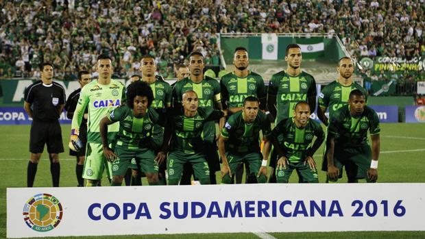 Un avión comercial en el que viajaba un equipo de fútbol brasileño se estrella en Colombia