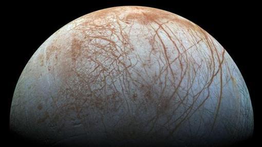 Fotografía cedida por la NASA, que muestra una captura del telescopio espacial Hubble sobre la luna Europa, de Júpiter
